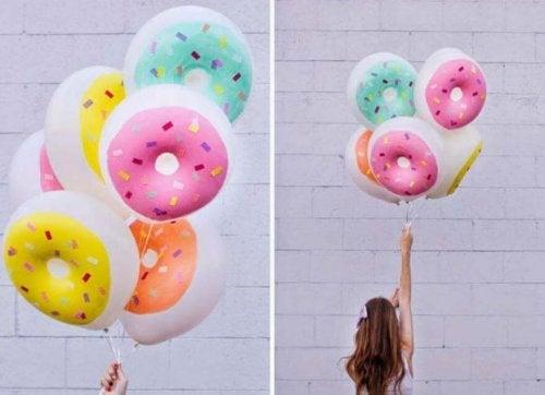 des ballons en forme de beignet