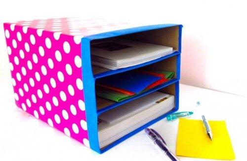 Des boîtes en carton pour un bureau rangé