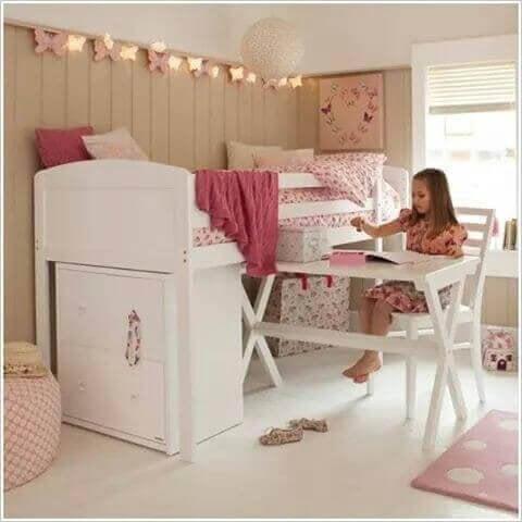Une chambre d'enfant avec un bureau