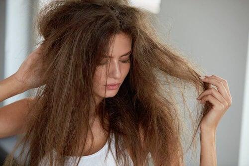 Hydratez vos cheveux secs avec ces 5 remèdes naturels