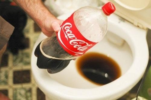 Du Coca-Cola pour éliminer le calcaire dans les toilettes.