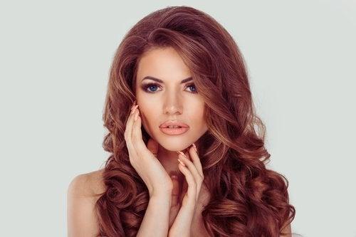 assortir une coiffure avec une robe : cheveux lâchés avec décolleté ouvert