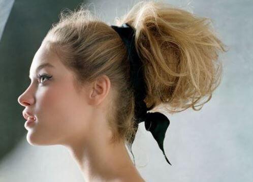 assortir une coiffure avec une robe : chignon avec robe dos nu