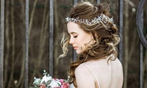 Comment assortir une coiffure et une robe ?