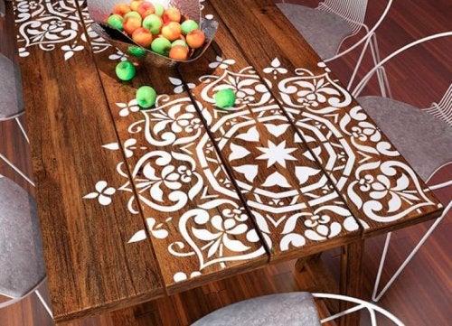décoration avec des mandalas sur une table