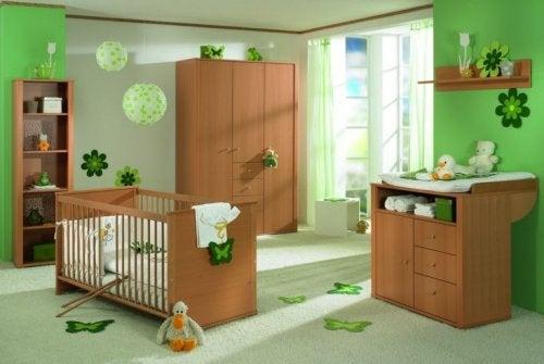 décorer la chambre de bébé avec du bois