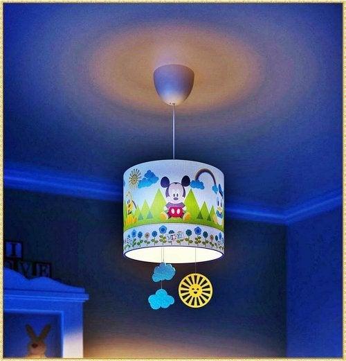 décorer la chambre de bébé avec des jeux d'éclairage