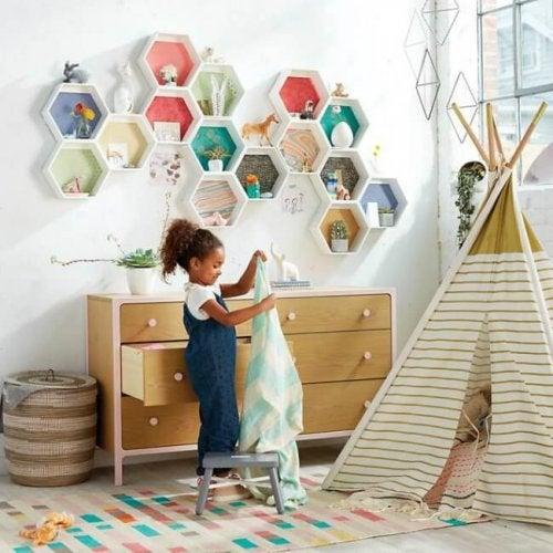 décorer la chambre de bébé avec des étagères