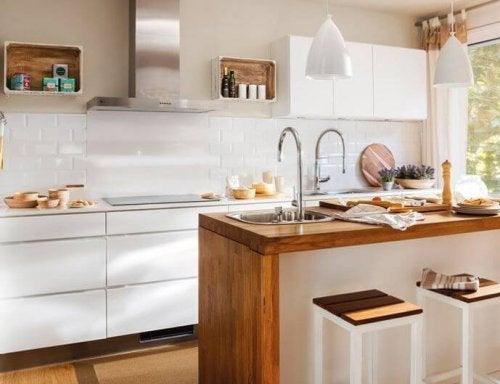 décorer une petite cuisine avec des tons clairs