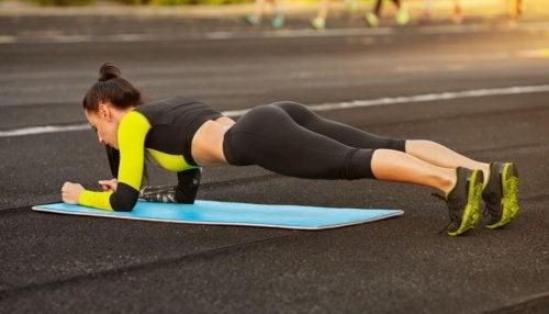 Renforcer les abdominaux grâce à l'exercice de la planche.