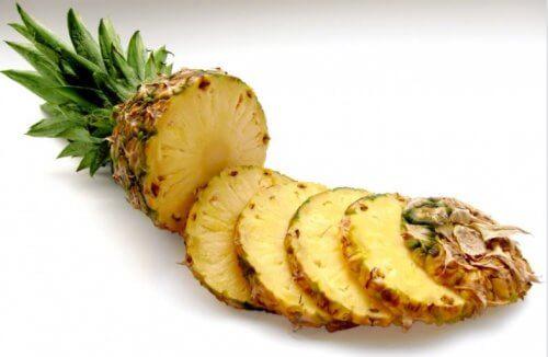 Préparer un gommage facial naturel à l'ananas.