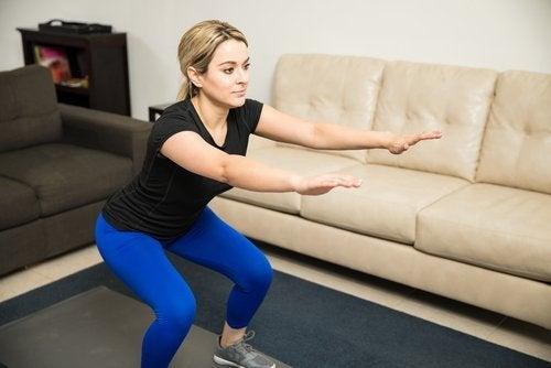 femme qui fait un exercice pour éliminer les graisses des cuisses