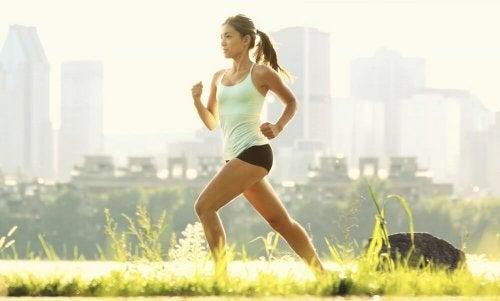femme qui fait un footing pour contrôler le cholestérol élevé