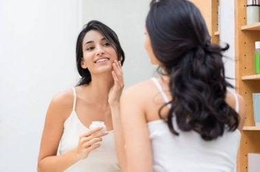 Femme qui met de la crème pour hydrater sa peau