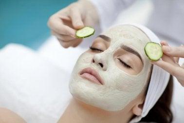 Femme qui applique un masquer pour hydrater sa peau