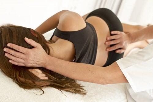 Femme qui reçoit un massage au spa