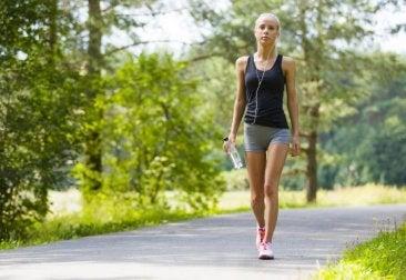 Femme qui fait une promenade en tenue de sport