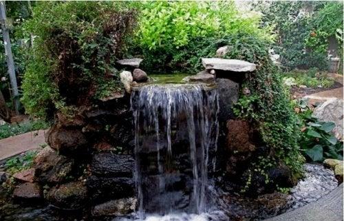 fontaine cascade dans un jardin