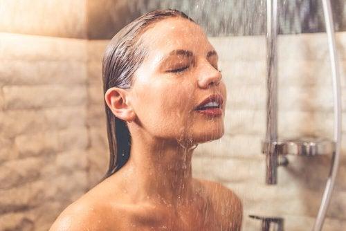 les douches très chaudes font partie de nos habitudes communes et ne sont pas bonnes pour la peau