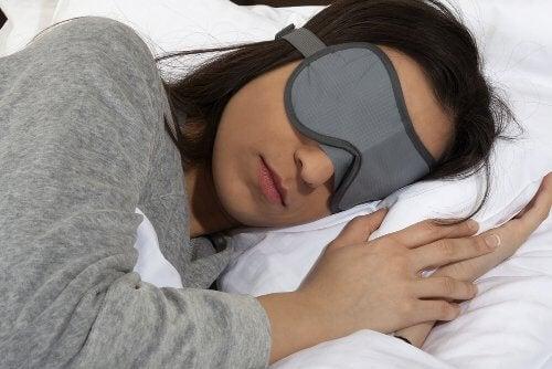 ne pas se démaquiller avant de dormir fait partie de nos habitudes communes et cela n'est pas bon pour la peau