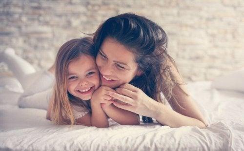 Le lien de la mère avec l'enfant développe l'intelligence de l'enfant