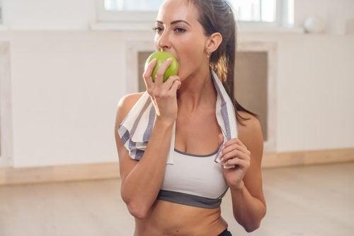 Mangez des fruits et des légumes croquants pour blanchir vos dents.