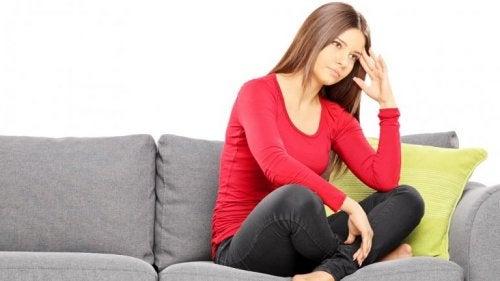 femme qui réfléchit sur un canapé