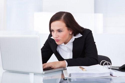Une mauvaise position face à l'ordinateur nuit à la santé