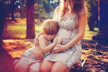 Une mère qui partage un moment avec son aîné