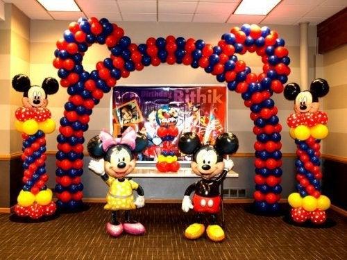 des ballons de Mickey Mouse