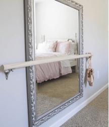 Un miroir dans une chambre
