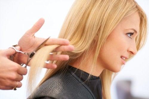 se couper les cheveux régulièrement pour éviter leur chute