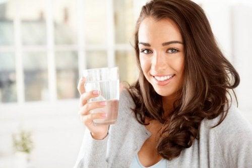 l'eau aide à réduire les nausées pendant la grossesse