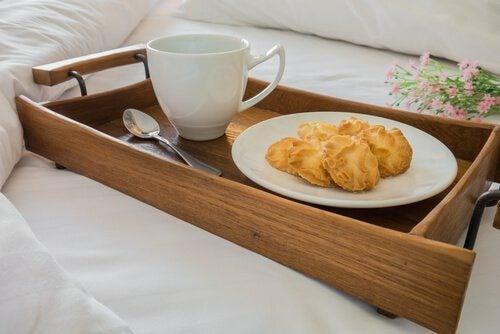 Petit-déjeuner au lit pour les noces de coton.