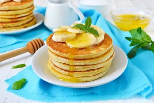 Pancakes et morceaux de banane