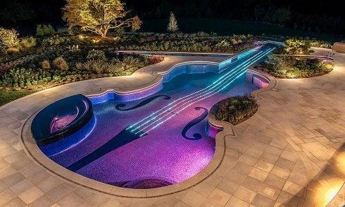 Piscine en forme d'instrument