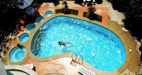 piscines incroyables : en forme de pied humain