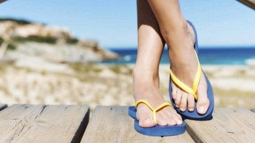 Tongs de plage et problèmes aux pieds