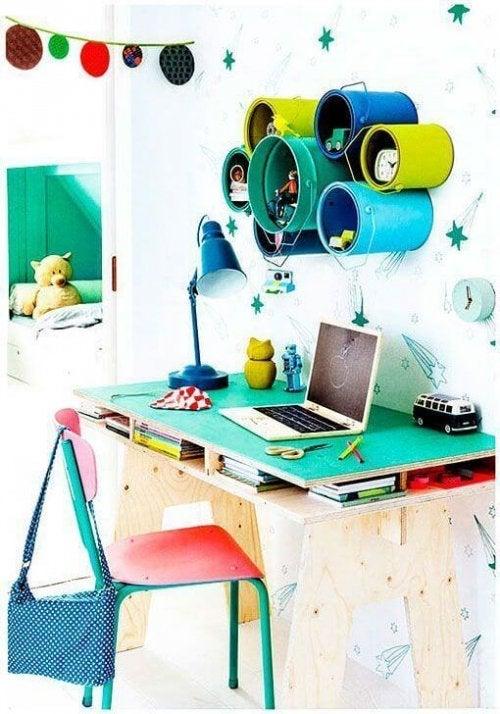 Des pots de peinture pour un bureau rangé