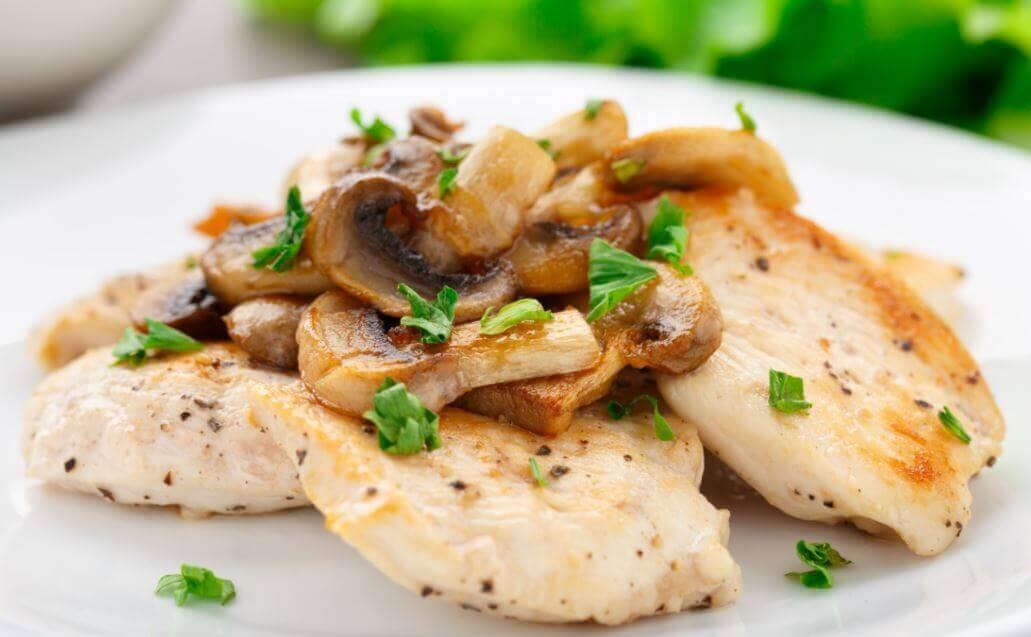 Recette pour préparer un filet de poulet gratiné aux champignons