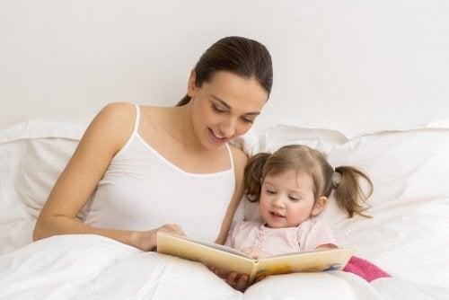 aider les enfants ayant des problèmes de langage en leur lisant des histoires