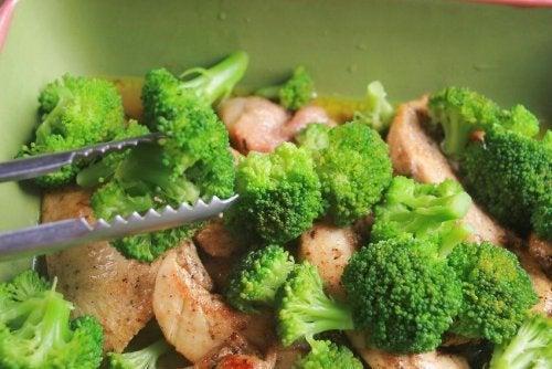 recettes au brocoli : salade au poulet