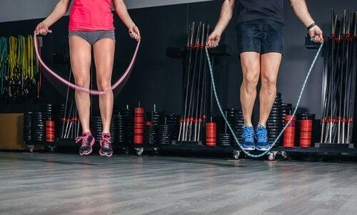 Le saut à la corde améliore la résistance