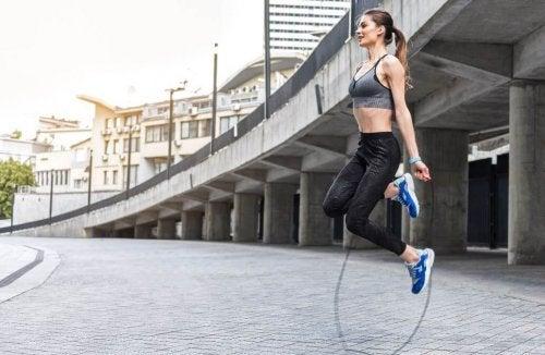 Le saut à la corde améliore la structure osseuse