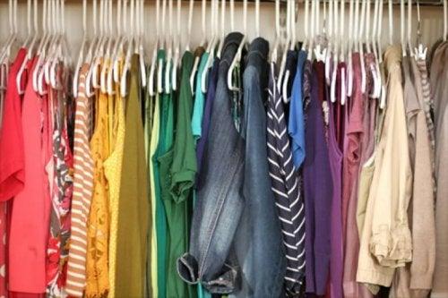 les significations des couleurs des vêtements varient selon les contextes