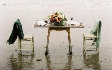 des tables de nuit avec des chaises