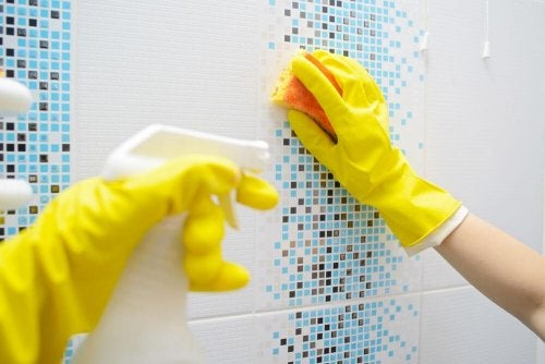 Eliminer le calcaire sur le carrelage de la salle de bains.