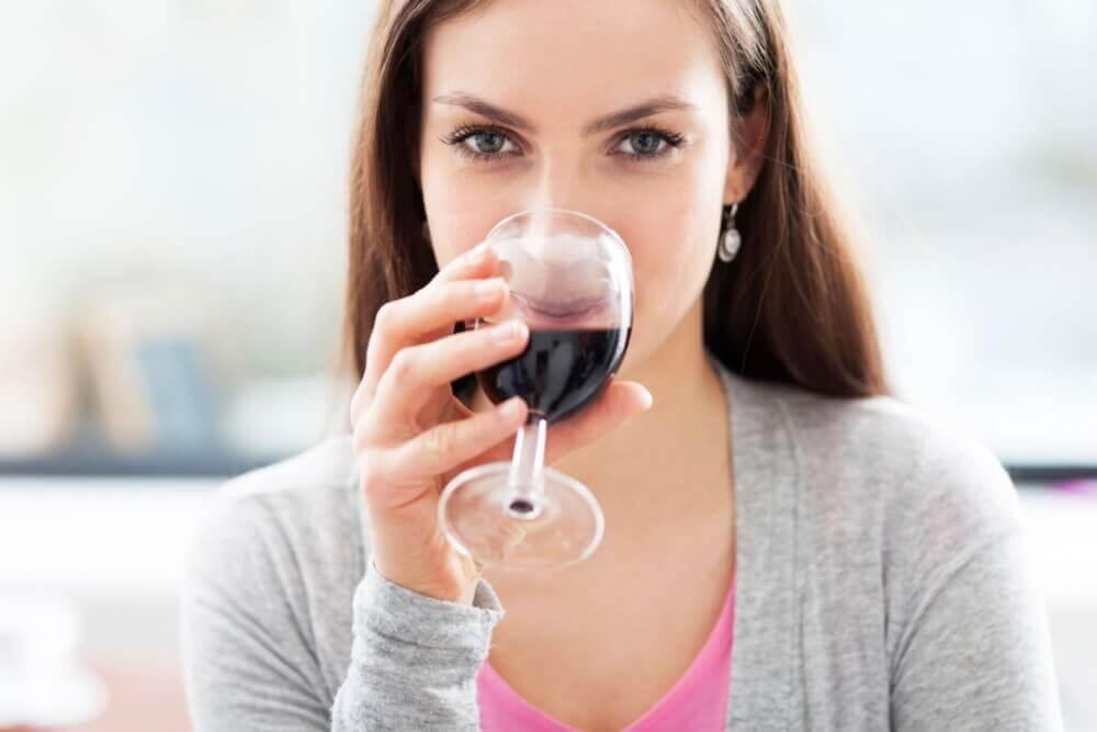 Femme buvant du vin