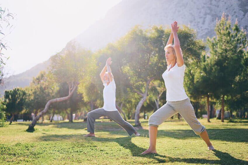 Il est recommandé aux seniors de pratiquer du yoga.