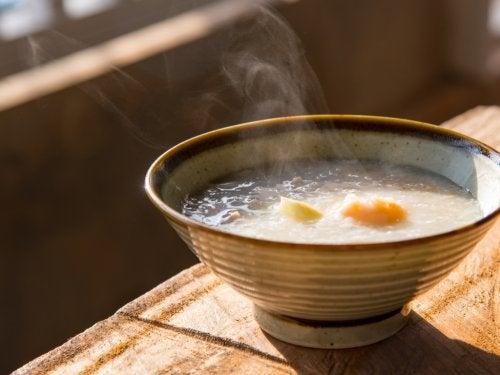 Consommer du riz en bouillon.